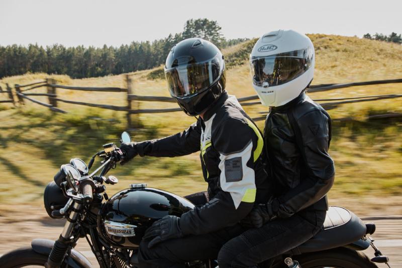 Kask integralny czy szczękowy dla początkującego motocyklisty? Jaki typ wybrać?