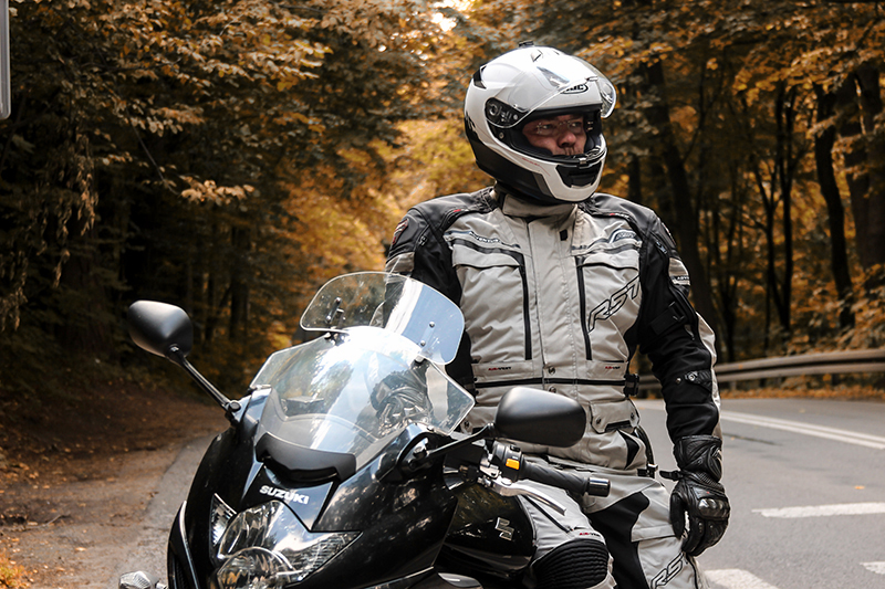 10 porad jak jeździć motocyklem jesienią