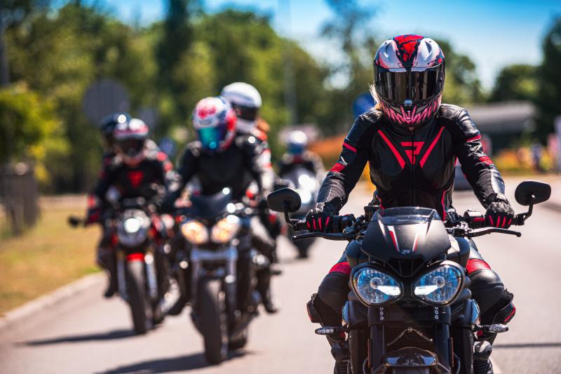 Jak jeździć motocyklem w grupie? 5 zasad bezpieczeństwa