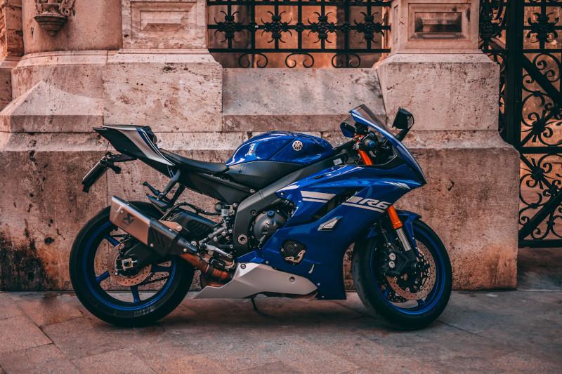 Dodatkowa dźwignia pod tylnym wahaczem motocykla. Do czego służy?