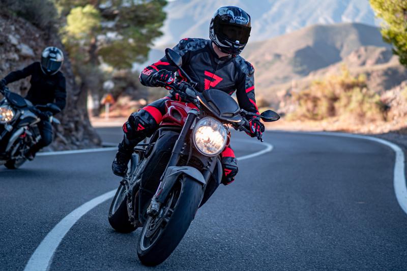 Sportowy kombinezon motocyklowy Rebelhorn Rebel - wrażenia z jazdy