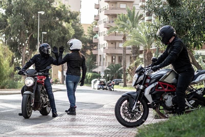 Kurtka motocyklowa - skórzana czy tekstylna? Pomożemy Ci wybrać!