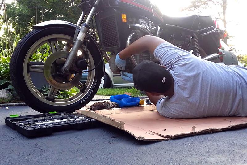 Jak wymienić olej w motocyklu w 8 krokach