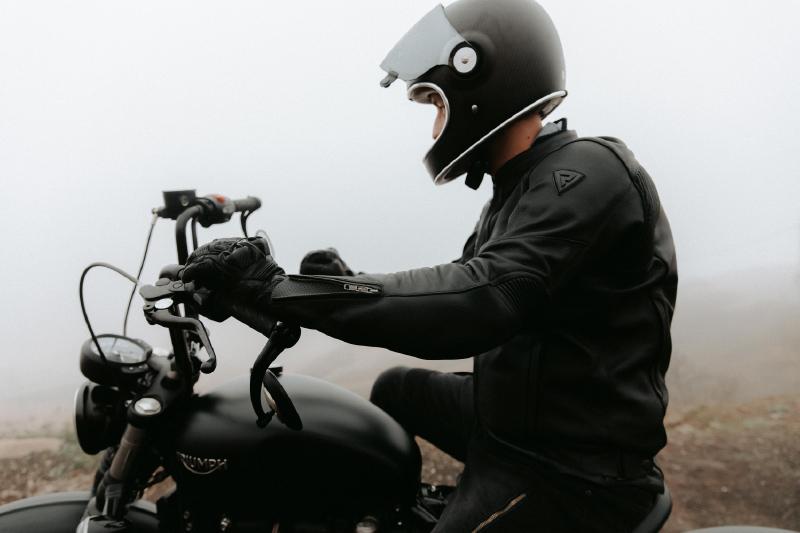 Klasyczny strój na motocykl – sprawdź zestaw za mniej niż 4000 zł